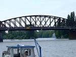 Lodě se objevují pod železničním mostem!