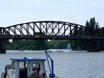 Lodě proplouvají pod železničním mostem, to jsou nervy!