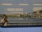 Pražský hrad v odraze okna jednoucího vlaku