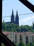 Z jedné strany Pražský hrad, z druhé strany Vyšehrad.