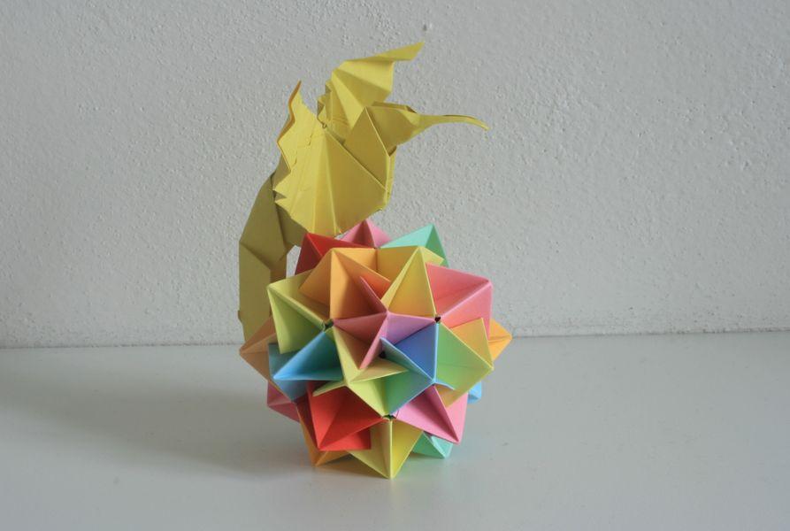 Dole je modulární koule od Tomoko Fuseové, autor kolibříka neznámý