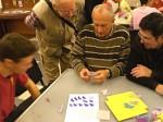 umělečtí kováři se učí skládat origami