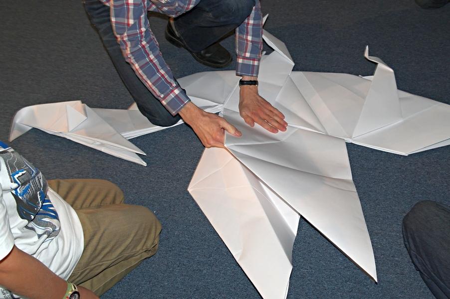 Zpevňování křídel vytvořením harmoniky.