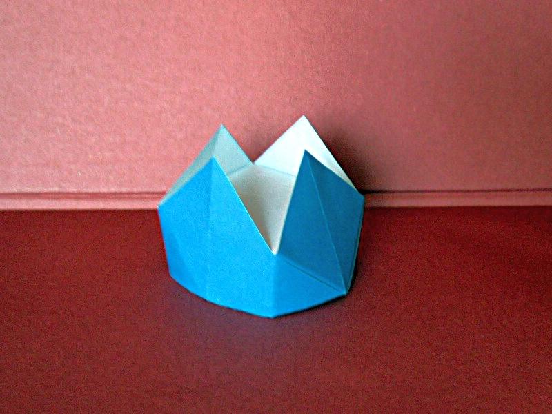 tradiční origami: koruna, interpretace: Mária Piatničková