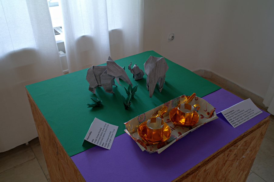 Roman Kružliak: sloni, interpretace: Roman Kružliak, relativně neznámý autor: kávová souprava, interpretace: Mária Piatničková