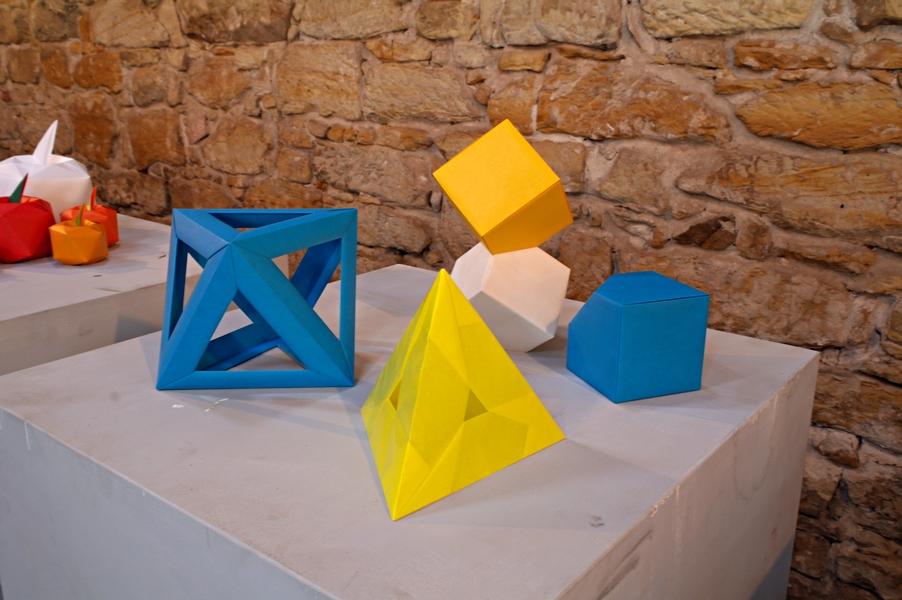 směs geometrických útvarů, podle DavidaMitchella a Tomoko Fuse interpretoval Evžen Dub