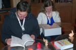 Evžen a Monika studují své nové knihy